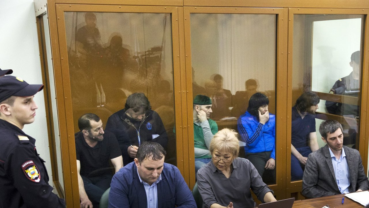 Zaur Dadayev (vlevo za sklem) během soudu.