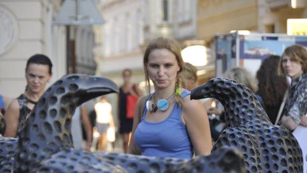 Snímek z úterní vernisáže Michala Gabriela na Šilingrově náměstí v Brně.