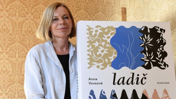 Pražská rodačka Anna Vovsová vystudovala scenáristiku a dramaturgii na FAMU, v letech 1982 až 1988 pobývala ve Francii.