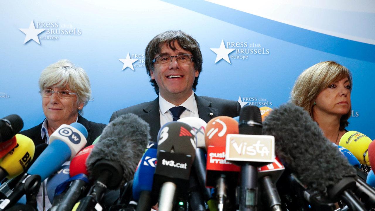 Carles Puigdemont je nyní s pěti členy svého kabinetu v Bruselu.