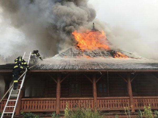 Mimořádný poplach pro hasiče. 40 jednotek bojuje s požárem motorestu, u něhož je benzinka