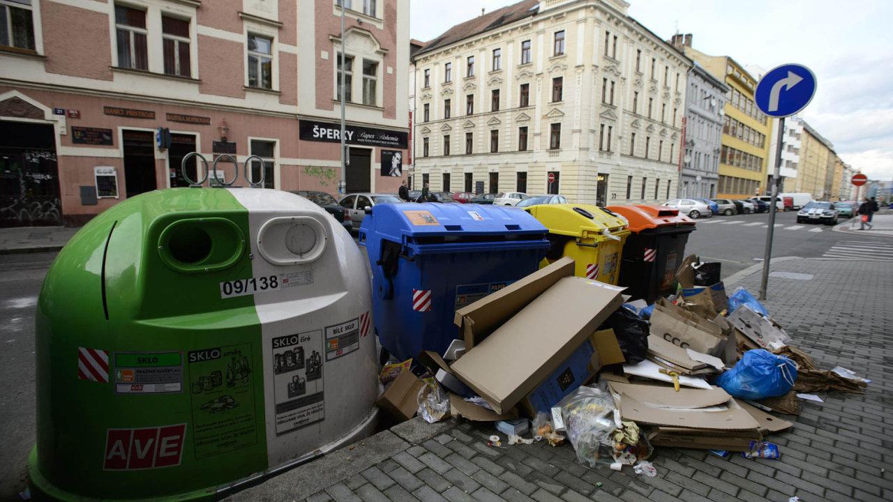 Kontejnery společnosti AVE v pražských ulicích.