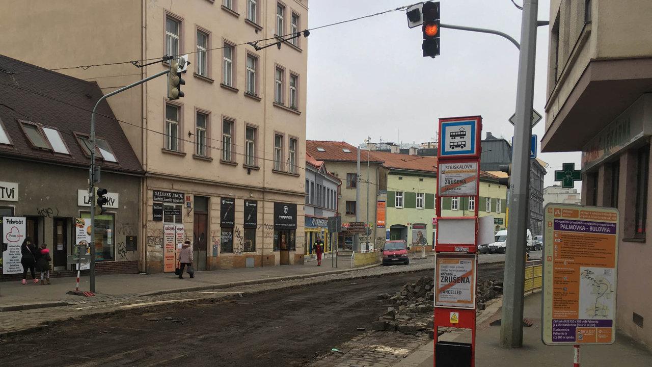 Z Palmovky k nemocnici Na Bulovce nejezdí od ledna žádné tramvaje, rekonstrukce vytížené ulice má trvat do září.
