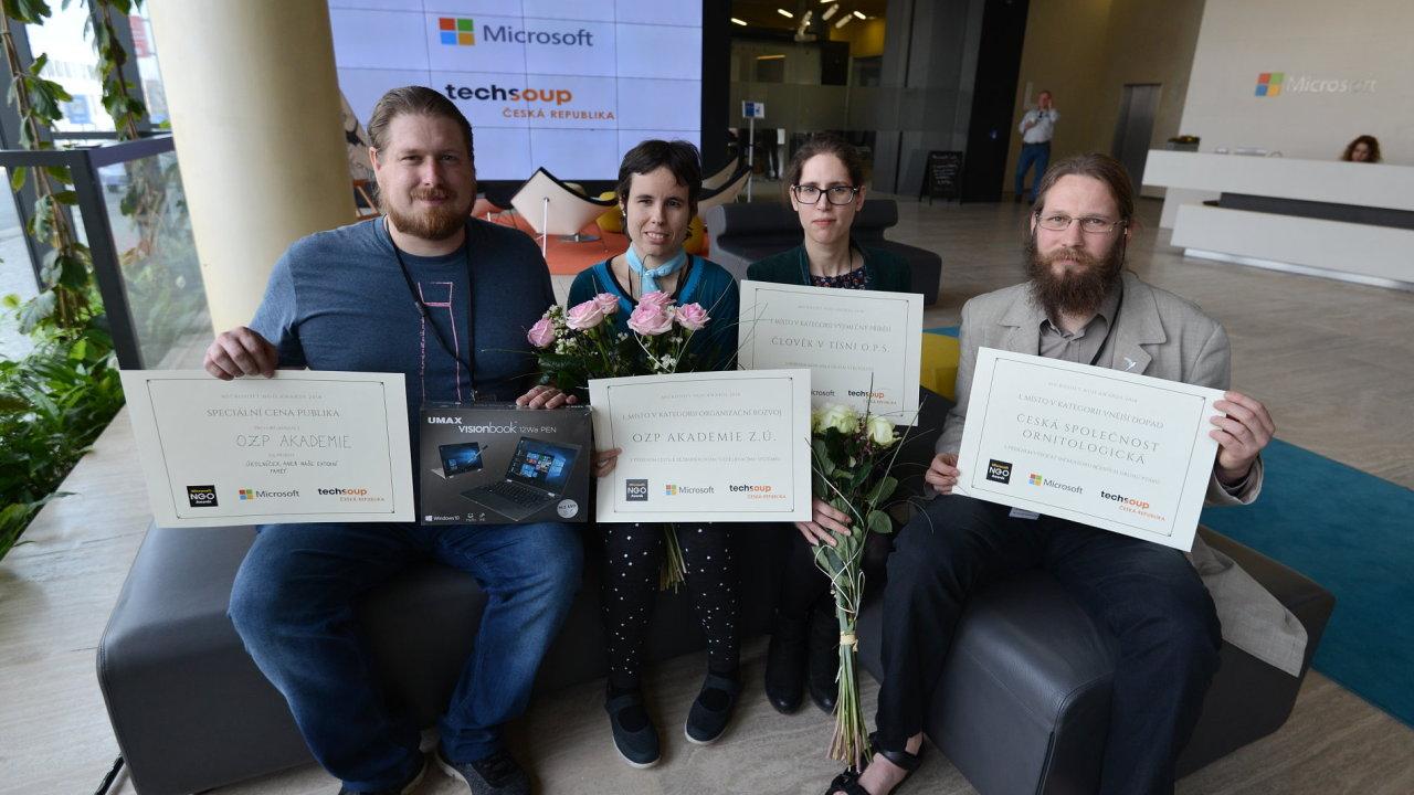 Vítězové NGO Awards: Zprava Zdeněk Vermouzek (Česká společnost ornitologická), Annamária Sedláková (Člověk v tísni), Petra Helebrantová a David Lukavec (OZP Akademie)