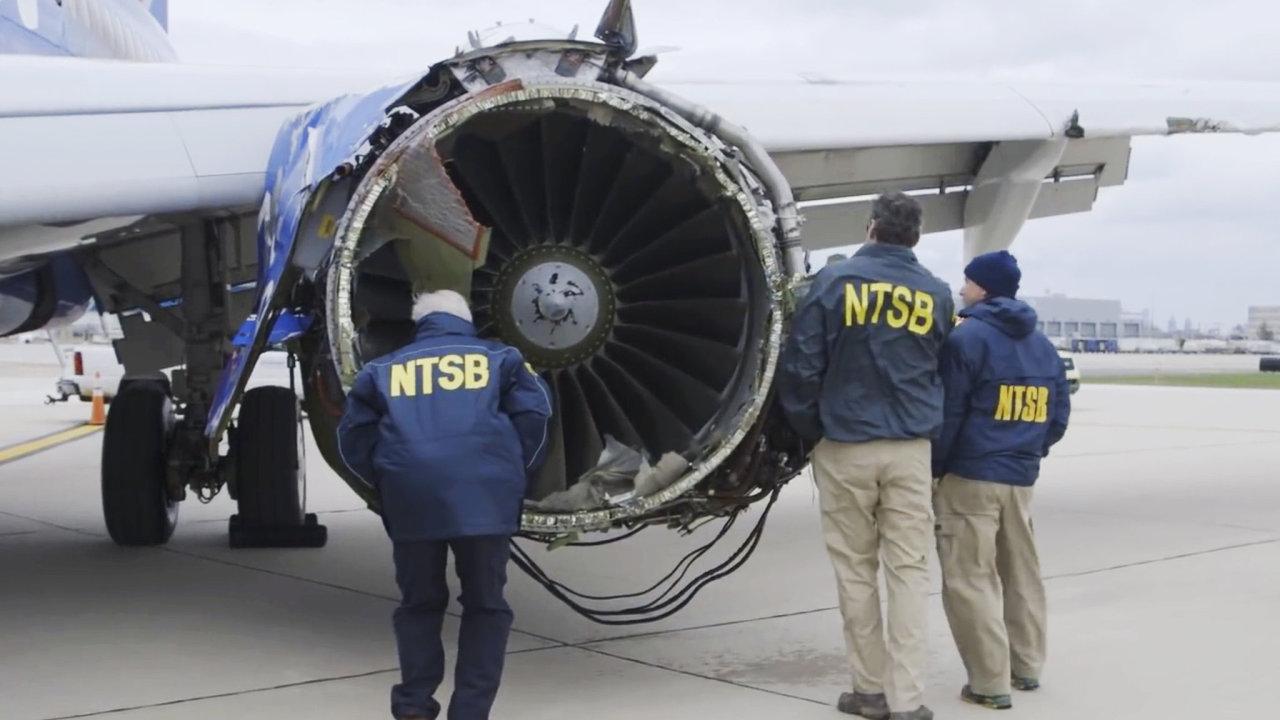 Vyšetřovatelé Národního dopravního bezpečnostního úřadu zkoumají motor letounu společnosti Southwest, který explodoval přímo za letu.