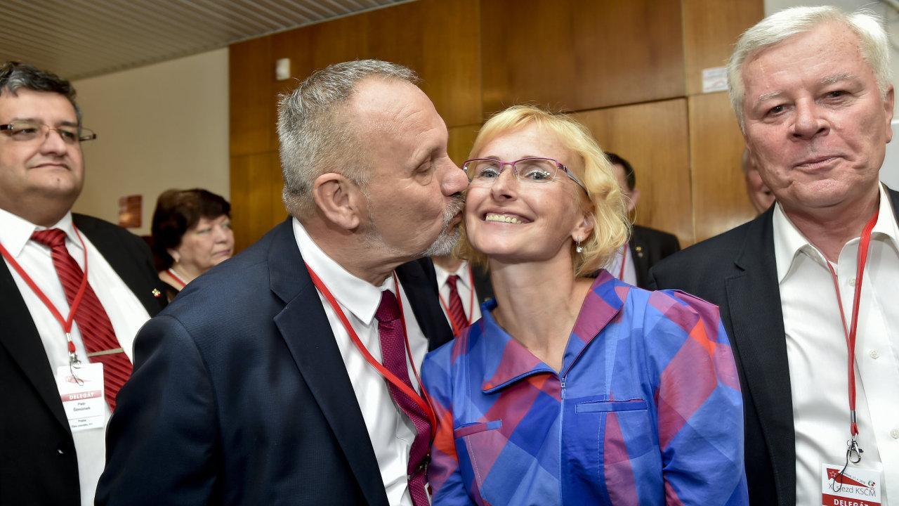Předseda Poslaneckého klubu KSČM Pavel Kováčik líbá kandidátku na předsedkyni strany Kateřinu Konečnou.
