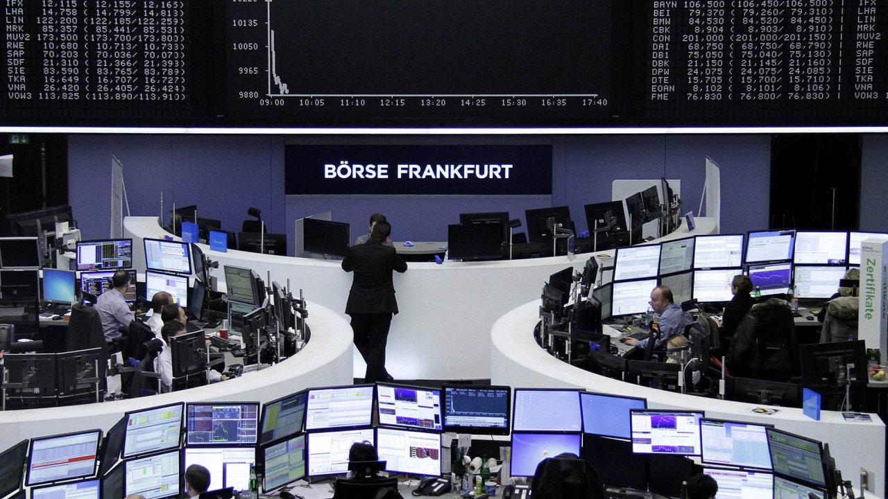Slibná Evropa a Japonsko Podle analytiků se dál letos očekávat ústup silné výkonnosti amerických akcií veprospěch evropských ajaponských. Na snímku německá burza ve Frankfurtu nad Mohanem.
