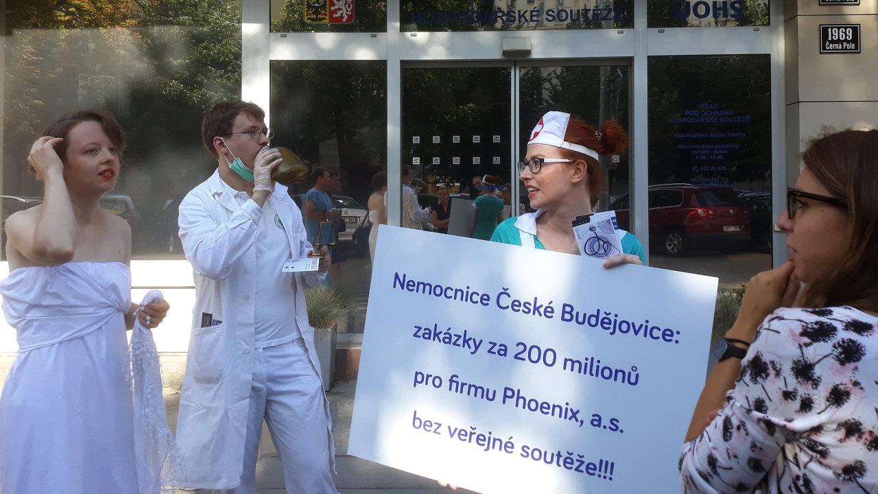 Aktivisté demonstrují před českobudějovickou nemocnicí. Na podezřelé zakázky upozornili ÚOHS