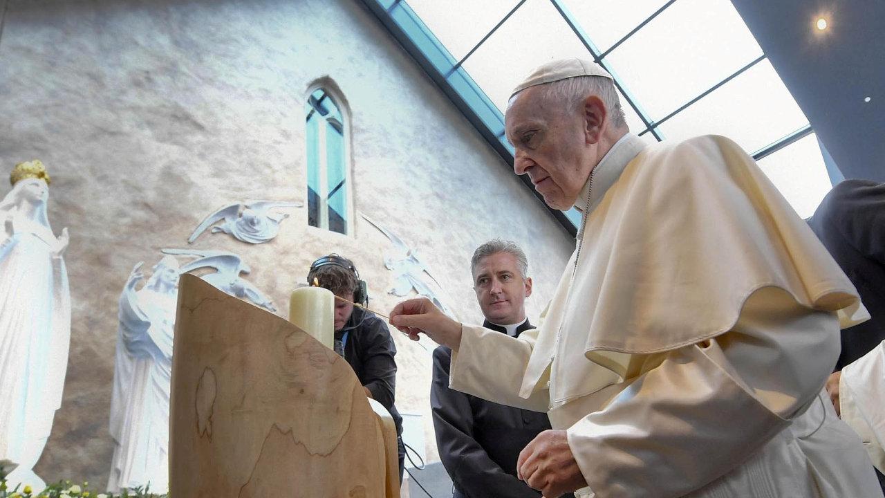 Papež požádal při své návštěvě Irska oodpuštění zasexuální delikty katolických kněží.