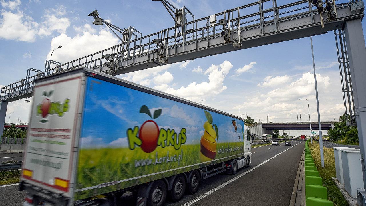 Při cestě do Velké Británie francouzská policie u řidiče v kamionu objevila 20 migrantů - Ilustrační foto.