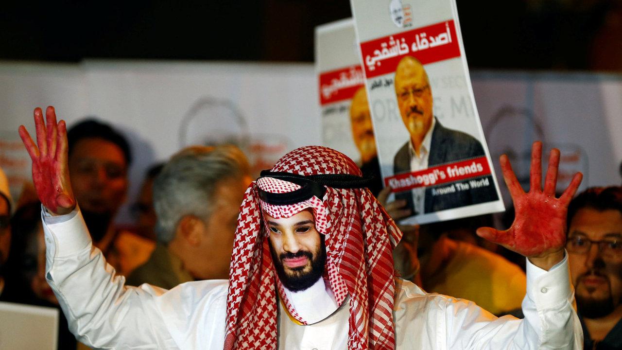 Demonstrant s maskou korunního prince Saúdské Arábie Mohameda bin Salmána před saúdskoarabskou ambasádou v Istanbulu.