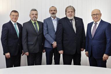 Předseda představenstva ŠKODA AUTO Bernhard Maier (zcela vpravo) a člen představenstva Bohdan Wojnar (zcela vlevo) gratulují Martinu Lustykovi, Miloši Kovářovi a Jaroslavu Povšíkovi.