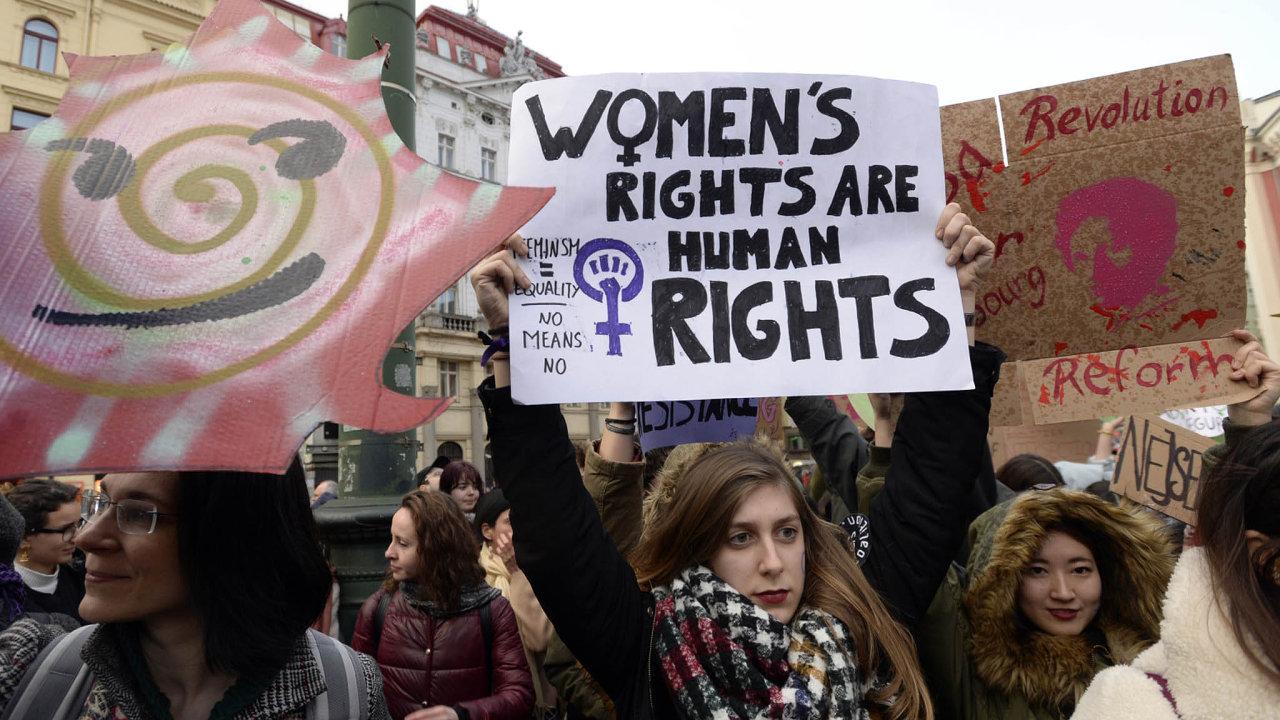 Novináři nebudou muset žádat účastníky demonstrací osouhlas se zveřejněním záběrů. (Na snímku účastnice demonstrace Feministky společně proti útlaku, která se konala 8. března 2019 v Praze.)