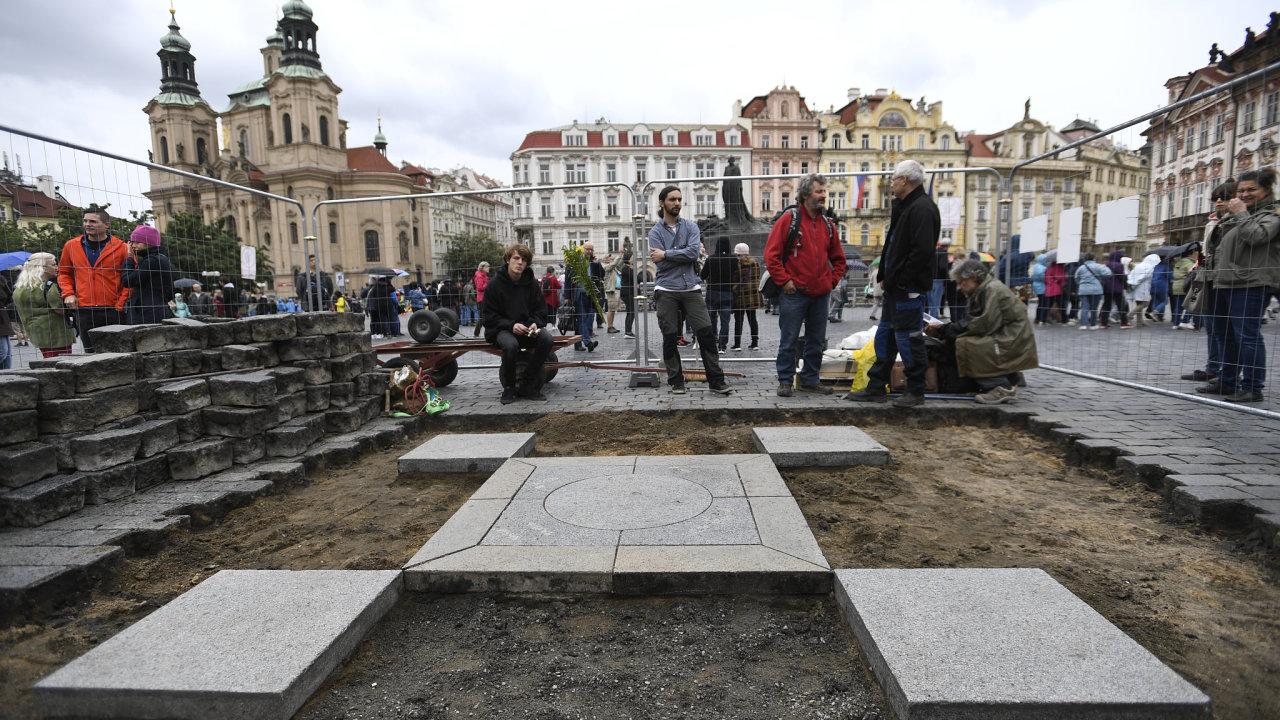 Akademický sochař Váňa začal s obnovou Mariánského sloupu na Staroměstském náměstí loni v červnu, zastavila ho ale policie.