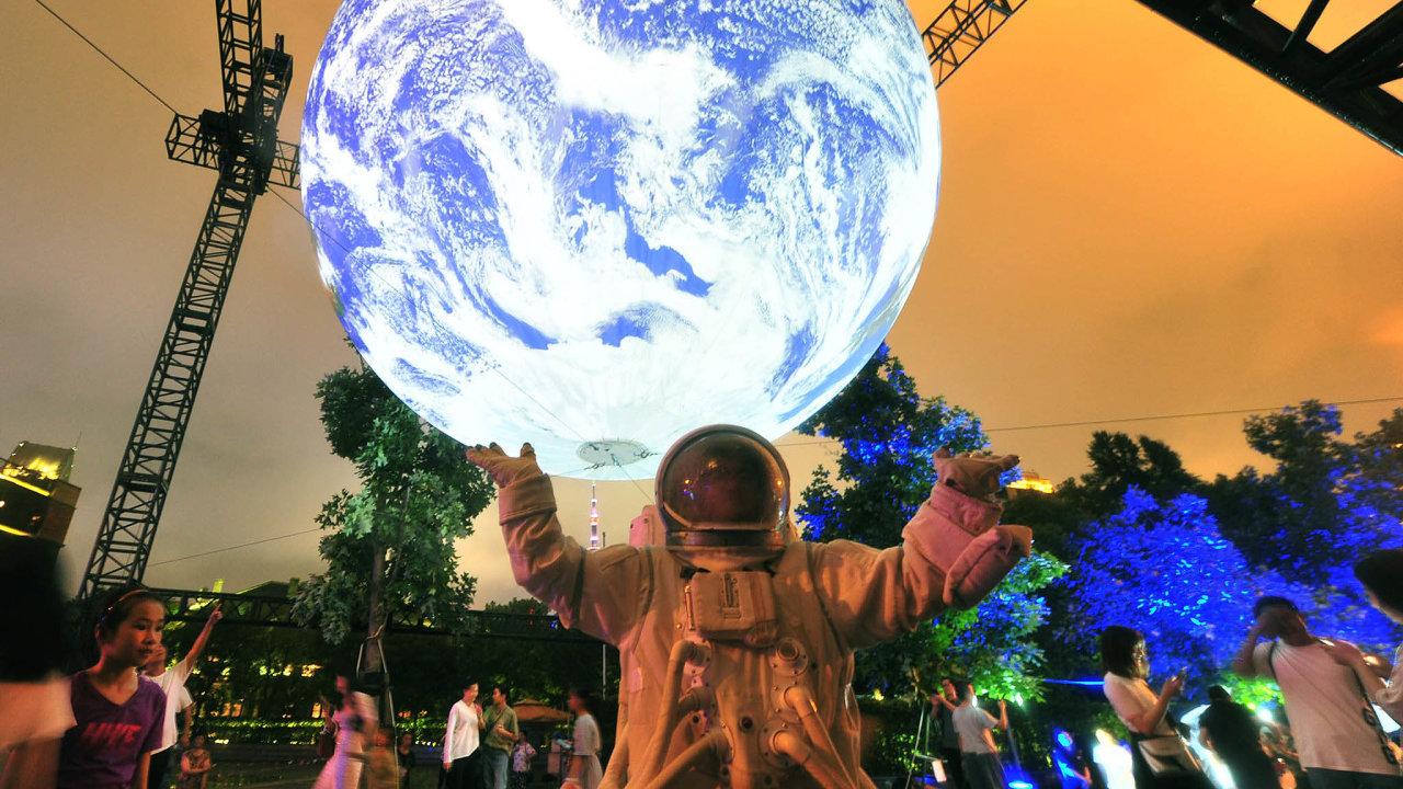 Instalace zářící Země vŠanhgaji britského umělce Luka Jerrama