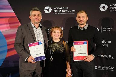 Vítězové ze severu: Živnostníky roku v Ústeckém kraji se stali manželé Richard a Jitka Kantovi (vlevo), firmou roku Family Bakery, za niž cenu převzal Jan Wedlich.
