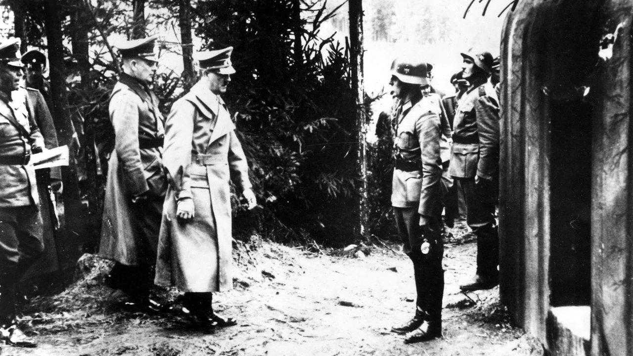 Nedatovaný snímek zachycuje Adolfa Hitlera při návštěvě československého pohraničního opevnění. Úkolem pevností nikdy nebylo německou armádu zastavit, ale zpomalit její postup, než se zapojí Spojenci.