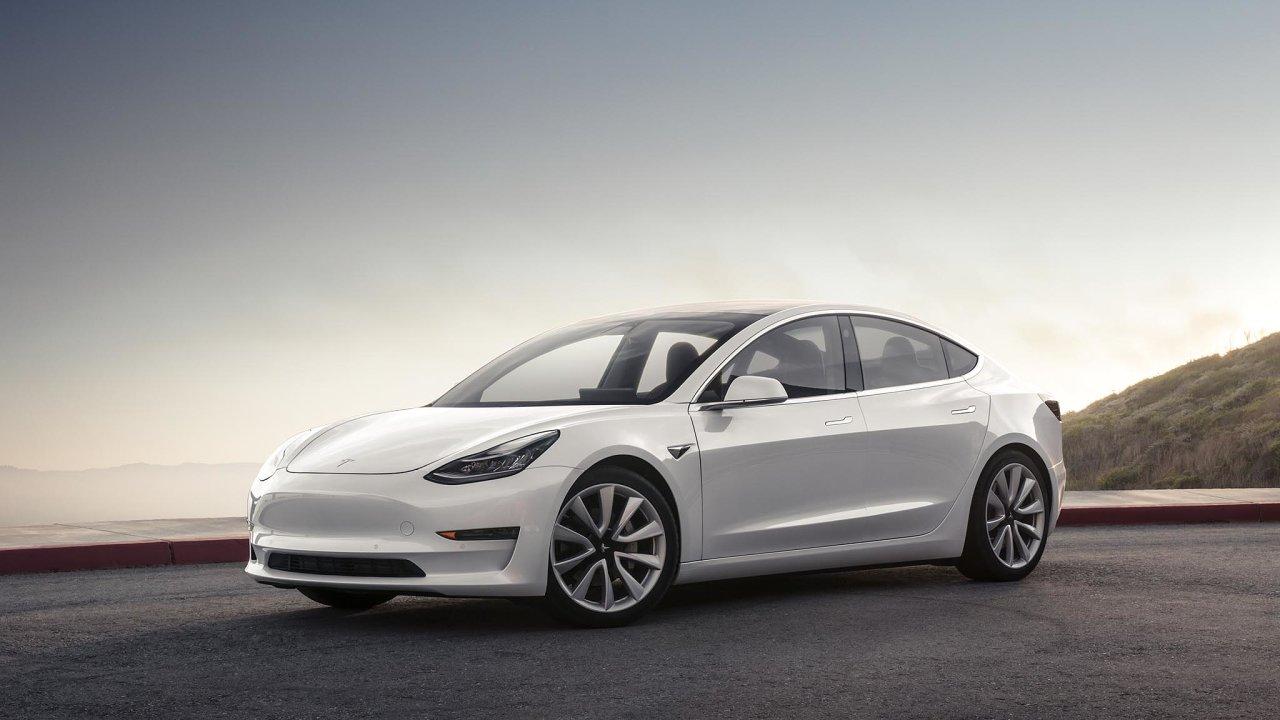 Tesla Model 3 se umí pohybovat sama poparkovišti, ale zatím nepříliš úspěšně, na sociálních sítích si lidé stěžují na pomačkané blatníky.