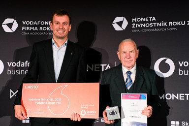 Cenu Vodafone Firma roku 2019 vMoravskoslezském kraji zarodinný podnik Schindler převzal Jan Schindler (vlevo). Moneta Živnostníkem roku je osmdesátiletý pekař Arnošt Obrusník.