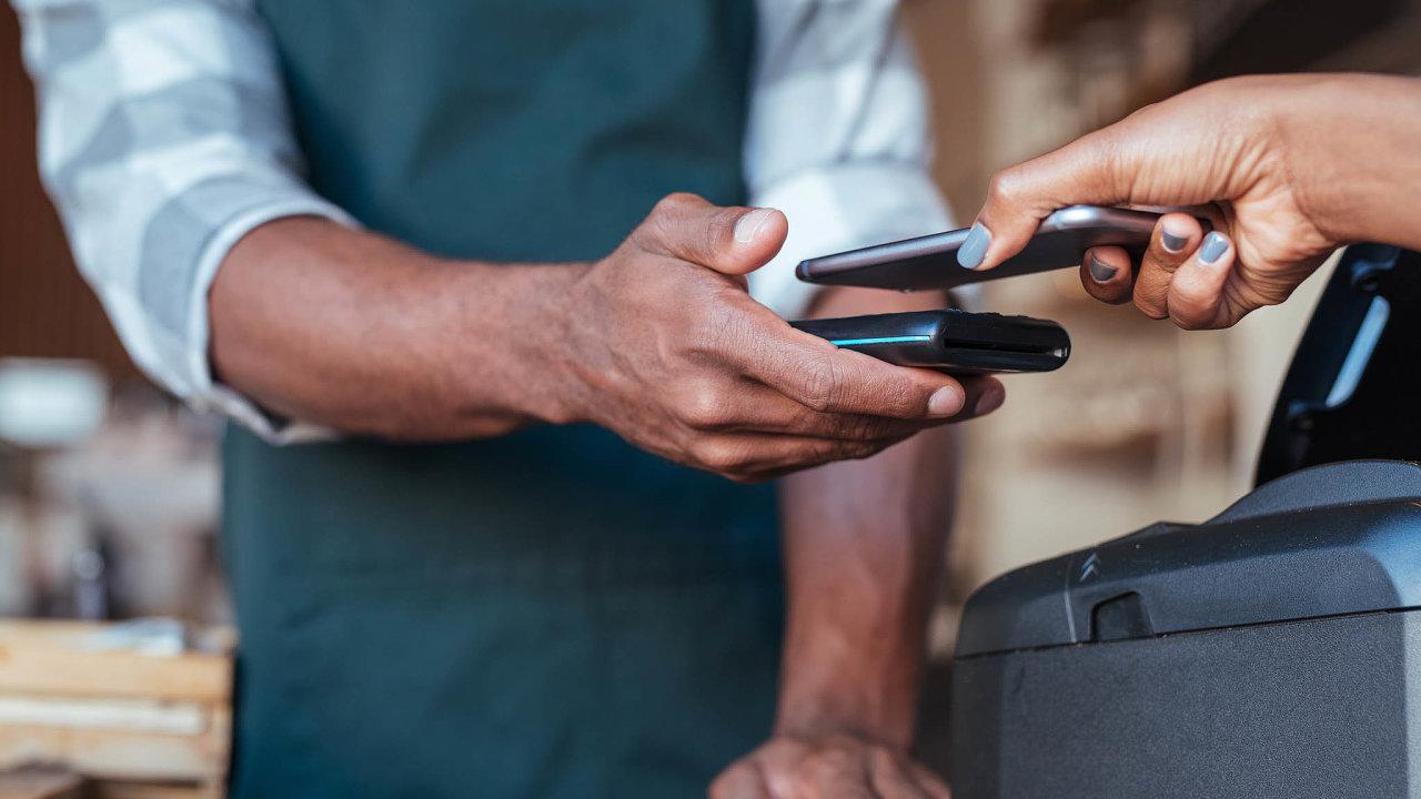 Vydávání virtuálních karet, jež fungují třeba v mobilu, je tématem ve všech bankách.