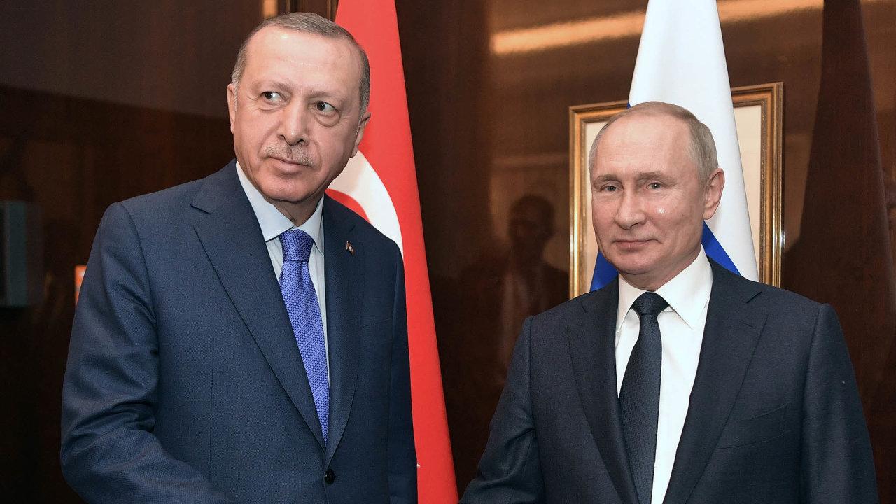 Hrozbu přímé turecko-ruské vojenské konfrontace se ve čtvrtek snažili zažehnat na schůzce vMoskvě prezidenti Turecka aRuska Recep Erdogan aVladimir Putin. Dohodli se na příměří.