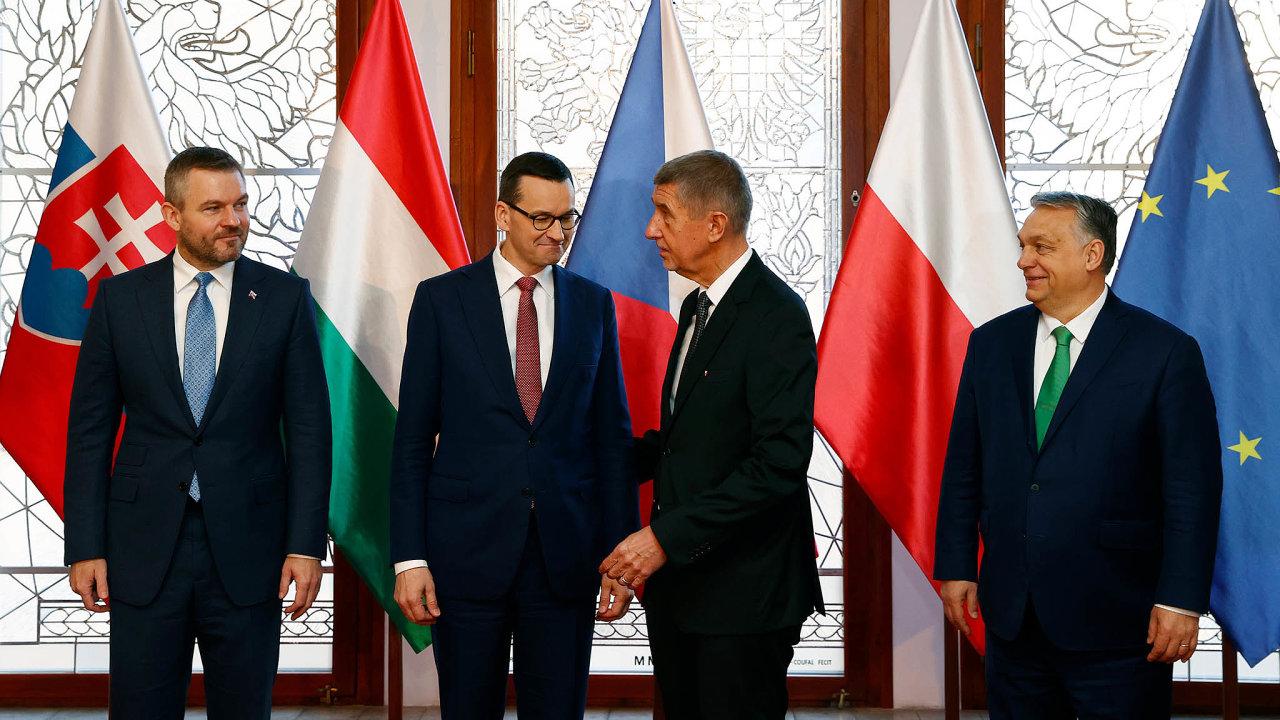 Premiéři zemí V4 (zleva: slovenský Peter Pellegrini, polský Mateusz Morawiecki, český Andrej Babiš amaďarský Viktor Orbán) se sešli 4.března namimořádném summitu vPraze kvůli koronaviru amigraci.