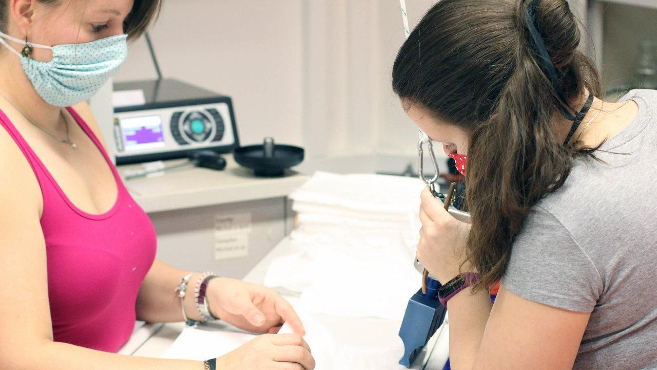 Technická univerzita v Liberci vyzvala firmy k výrobě nanofiltrů, které je možné vkládat do plátěných roušek. Účinnost bavlněné roušky s nanofiltrem je podle měření srovnatelná s nanorouškou.