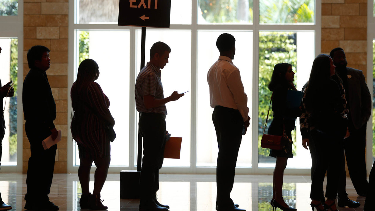 Americké úřady práce nestíhají: Miliony Američanů se registrují kvůli podpoře vnezaměstnanosti. Jejich žádosti nestíhají přetížené úřady vyřizovat.
