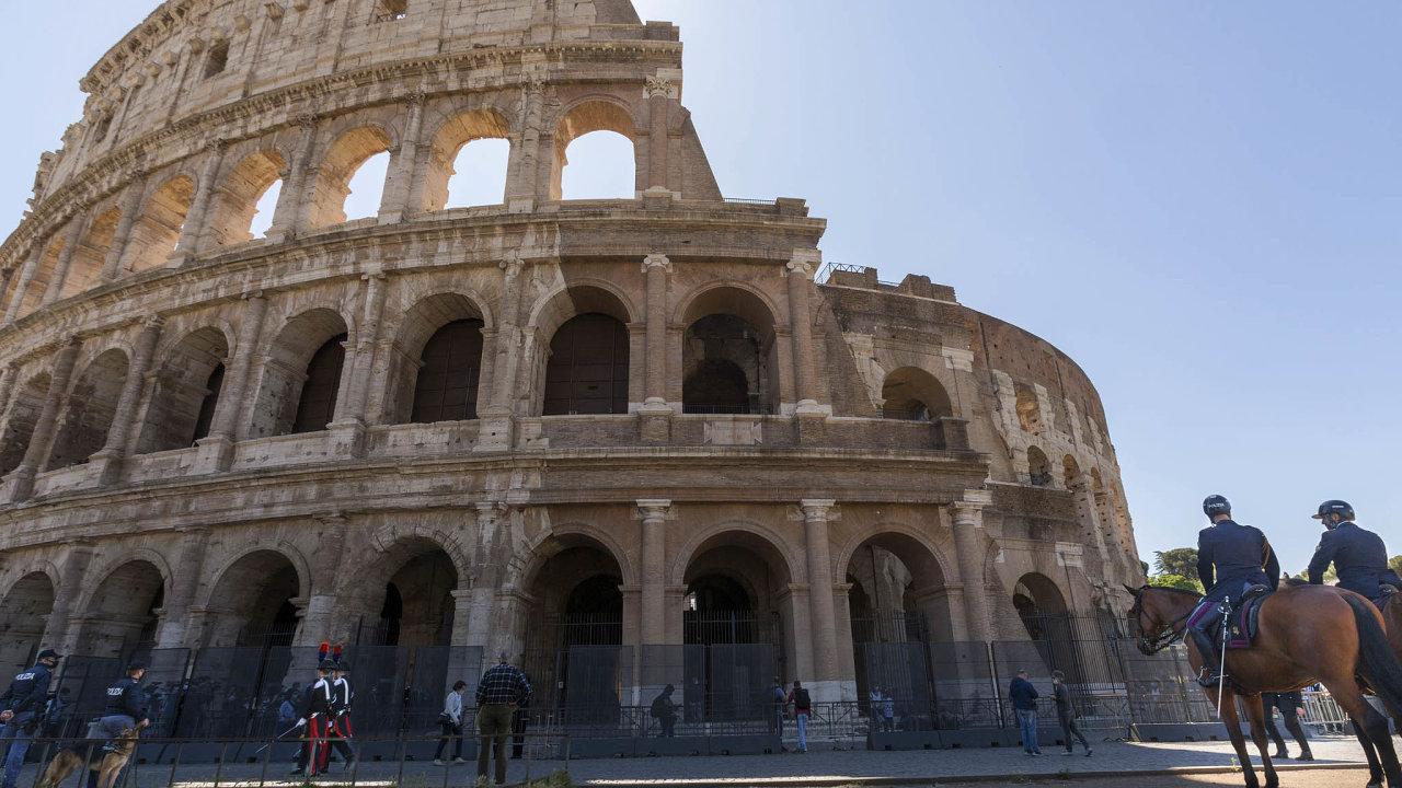 Slavné památky, jako například římské Koloseum, už vítají první návštěvníky povynucené pauze. Dnes čeká tuto zemi další milník– vláda povolí Italům volné cestování mezi jednotlivými regiony.