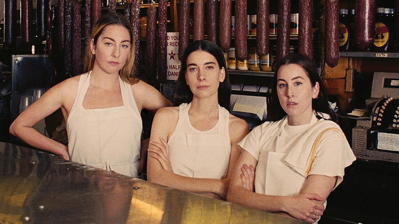 Jako kdyby americké sesterské trio Haim chtělo obalem své právě vydané desky Women In Music Pt. III říct: O hudební nosiče už není zájem, přešly jsme na salámy.
