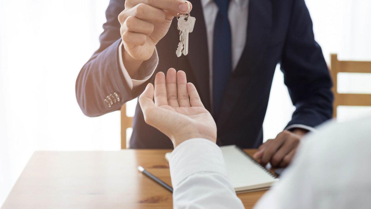 Daň už nezaplatí. Lidé, kteří si koupí nemovitost, zaplatí pouze kupní cenu. Čtyřprocentní daň poslanci zrušili.