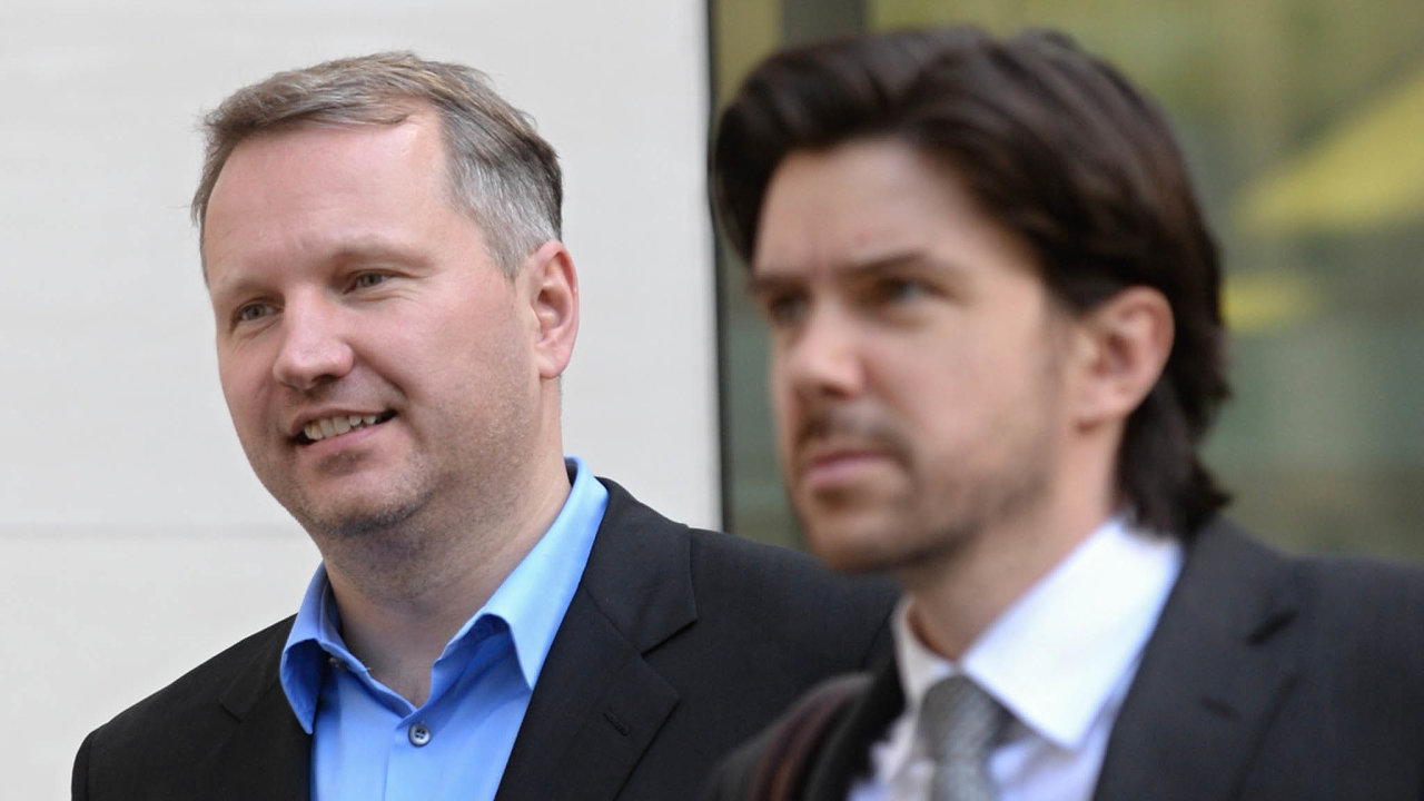 František Savov (vlevo) již šest let žije vLondýně. Česká justice žádá ojeho vydání kvůli daňovým únikům, ale zatím neúspěšně.