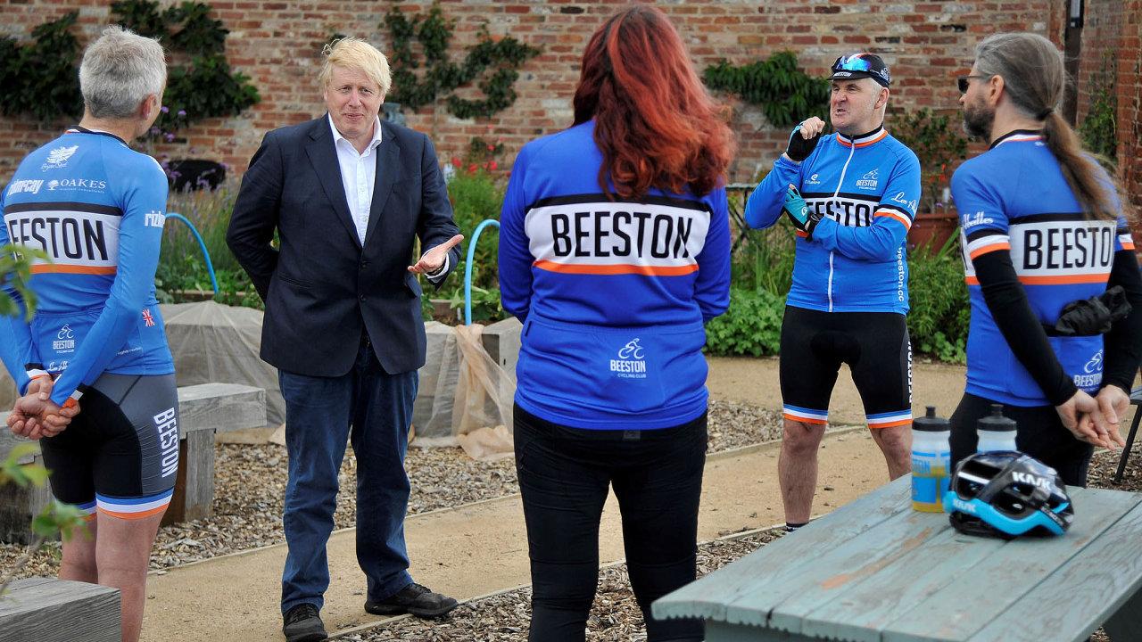 Britský premiér Boris Johnson oddoby, kdy se léčil scovidem-19, zhubl šest kilogramů. Včera veměstečku Beeston uNottinghamu propagoval plán, jak Brity přimět, aby více jezdili nakole achodili.
