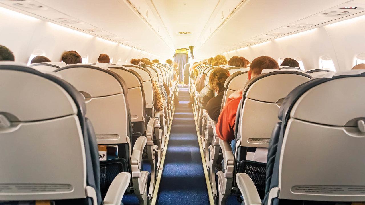 Přepravci by podle návrhu poslanců měli zajistit mezi řadami sedaček rozestup minimálně 79 centimetrů.