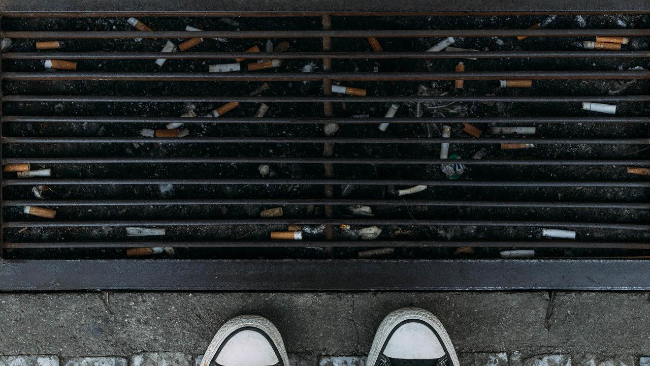Pohozený odpad: Nedopalky jsou nejčastějším pohozeným odpadem veměstech aprodražují úklid.