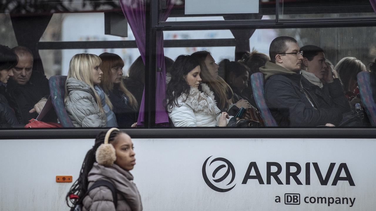 Po postupném uvolnění opatření se začali lidé do dopravních prostředků vracet. Jejich počty ale stále nedohnaly loňský rok, tvrdí největší autobusoví dopravci v zemi.