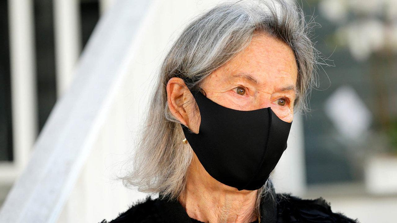 Rouška na ústech držitelky Nobelovy ceny za literaturu Louise Glückové jako by měla i symbolický účel: autorka se ve svých verších vyjadřuje prostě, pompézní kudrlinky nepoužívá.