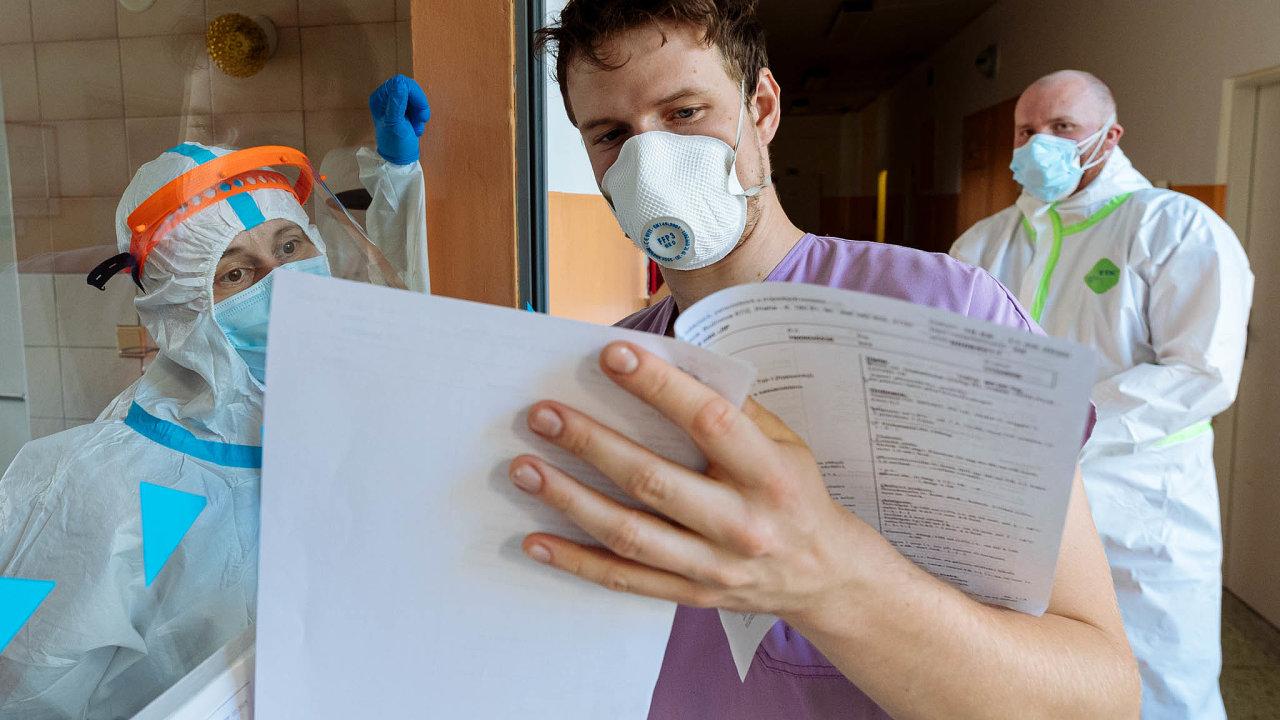 Ochrana srizikem. Sami zdravotníci nemohou prověřovat kvalitu respirátorů, musí důvěřovat, že odpovědná místa jim poslala jen ty funkční.