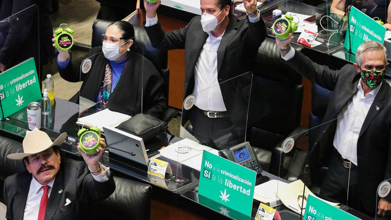 Senátoři minulý týden rozhodovali olegalizaci marihuany pro léčebné arekreační účely. Nakonec schválili návrh, který podporuje vládní strana Moreno levicového prezidenta Obradora