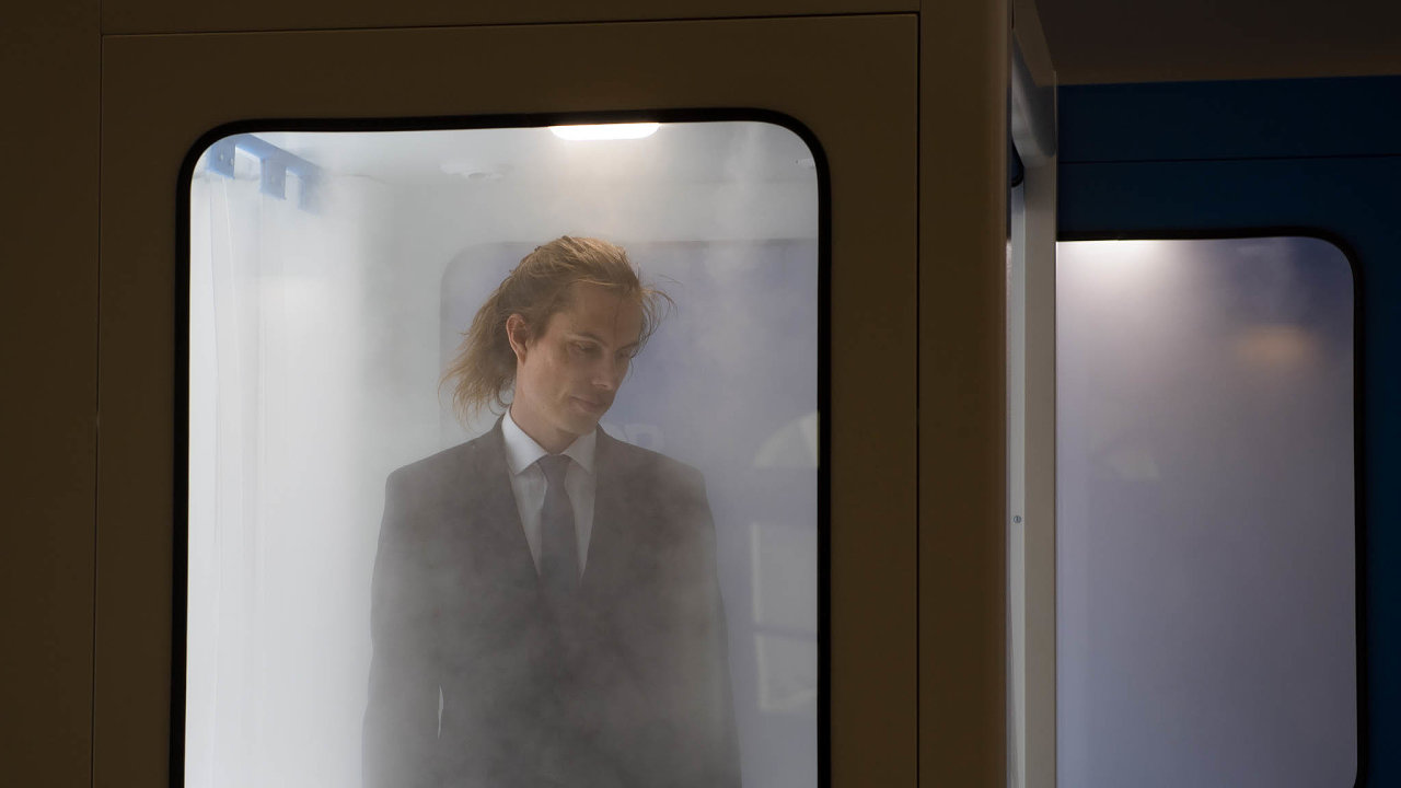 Hlavní cenu vsoutěži Czech Press Photo dostal reportér ČTK Roman Vondrouš za snímek muže procházejícího vPraze dezinfekční branou.