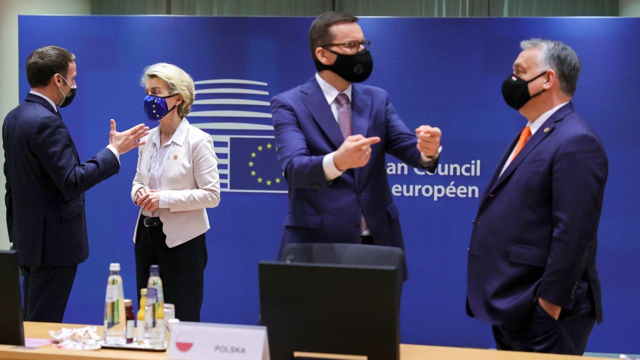 Polský premiér Mateusz Morawiecki jedná na evropském summitu s maďarským premiérem Viktorem Orbánem. Právě tito dva původně blokovali navázání unijního rozpočtu na dodržování zásad právního státu.