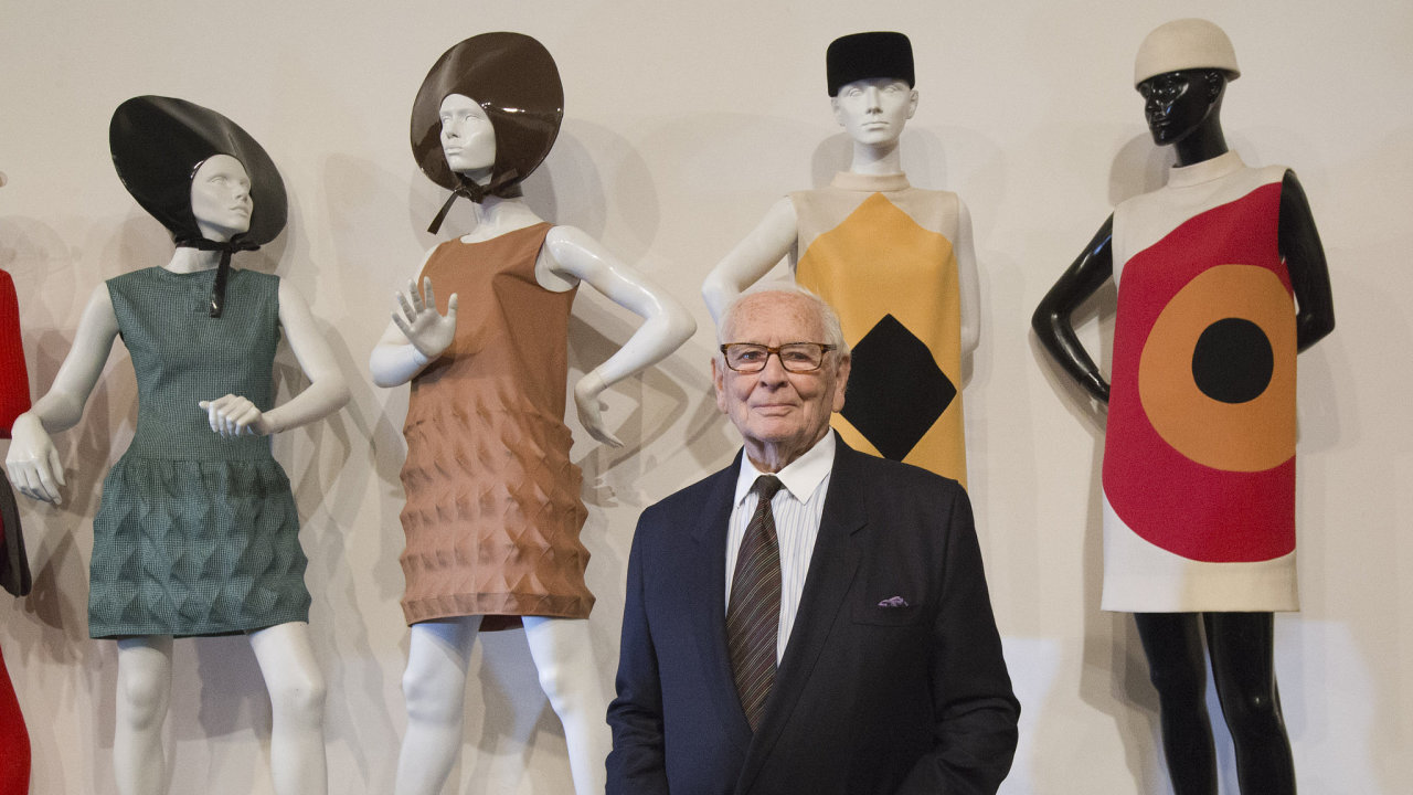 Pierre Cardin do vysoké módy 60. a 70. let přinesl futurismus a geometrické vzory.