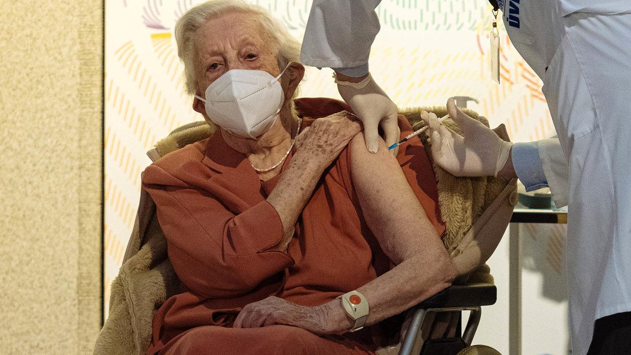 Vliv na snížení nadúmrtnosti seniorů může mít očkování proti covidu-19.