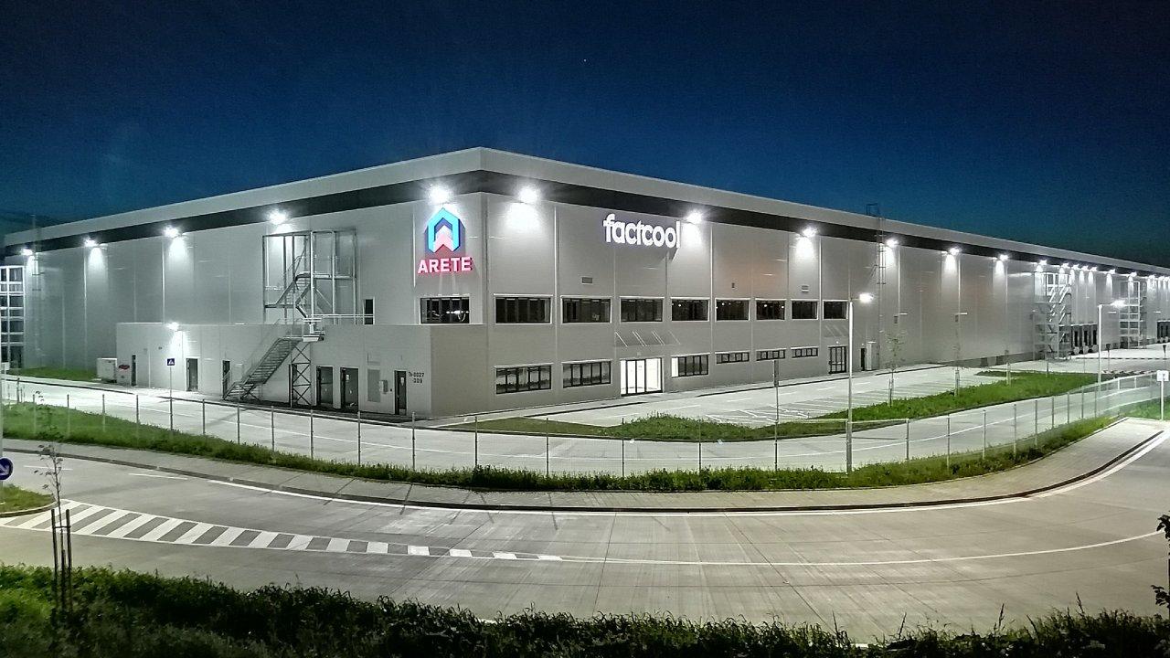 Hala společnosti Arete, kterou má v Novém Městě nad Váhem na Slovensku pronajatou obchodník s oděvy Factcool.