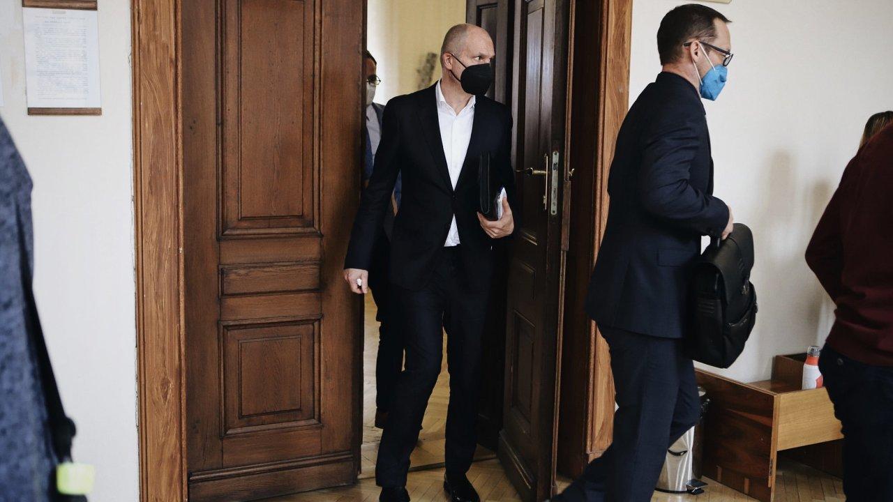 Obžalovaný Jiří Švachula vychází ze soudní síně za žalobcem kauzy Stoka Radkem Mezlíkem.