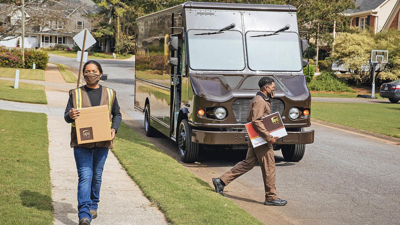 Pracovníci doručovacích služeb musí vdobě pandemie dodržovat základní hygienická opatření včetně ochrany úst adýchacích cest. UPS není výjimkou.