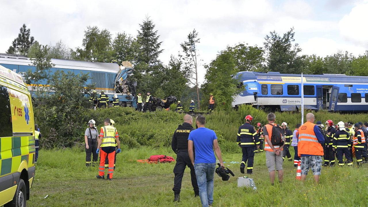 Škody po ranní srážce vlaků na Domažlicku přesáhnou 100 milionů, uvedla Drážní inspekce. Tři lidé zemřeli, několik má težké zranění, desítky lehké.