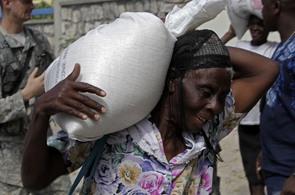 Distribuce potravin na Haiti