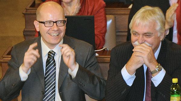 Šéf ČSSD Bohuslav Sobotka (vlevo) s Milanem Urbanem v Poslanecké sněmovně.