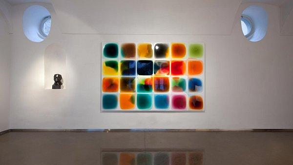 Kvalitář vystavuje také cyklus Kaluže Milana Housera.